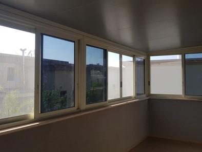 סגירת מרפסת בחלונות הזזה