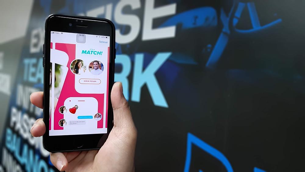 Handybildschirm zeigt ein Tinder-Match zwischen einer Frau  und  einem Mann