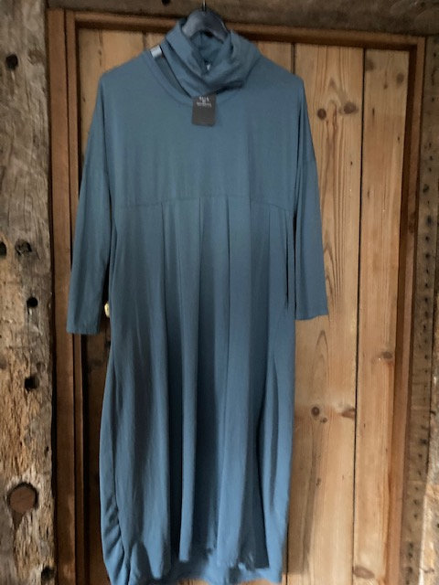 Deck round neck Dress with separate snood