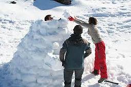 construire un igloo lors d'un séminaire au ski est une activité très team building