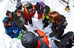 Une activité nature et ludique pour les participants d'un séminaire en montagne