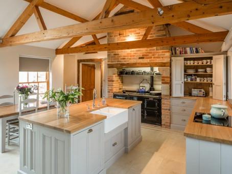 Интересные кухонные конструкции: декоративные потолочные балки