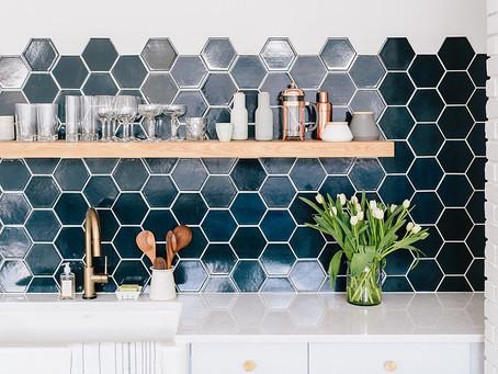 10 модных кухонь с шестиугольной плиткой