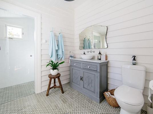 Дерево и белый цвет – отличное сочетание для модной ванной комнаты