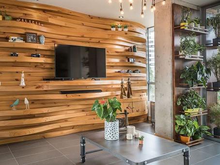 Тепло и текстура: 10 уникальных деревянных стен