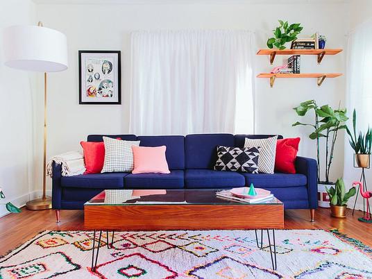 Горячие осенние и зимние тренды: изысканные синие диваны для модной гостиной