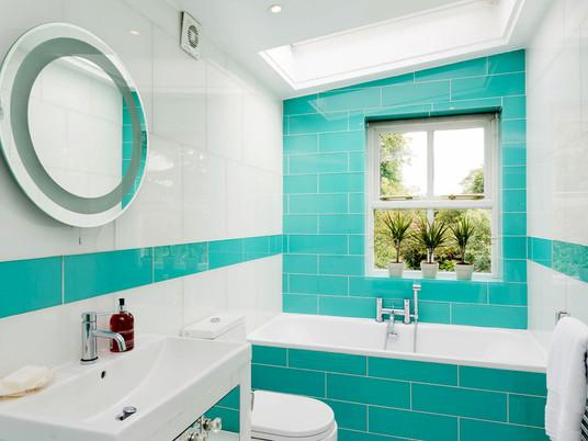 Бирюзовые ванные комнаты: свежий и вечный интерьер