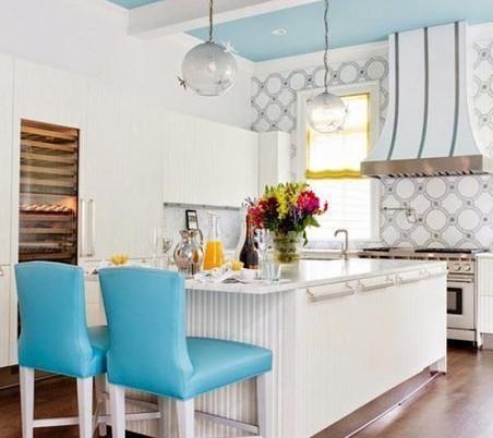 Светлая и яркая кухня в голубом цвете