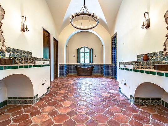 Теплый и уютный тренд: ванные комнаты с терракотовой плиткой