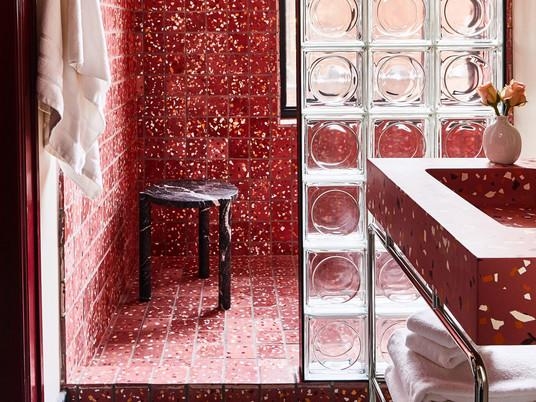 Восемь смелых ванных комнат, в которых нет белой плитки