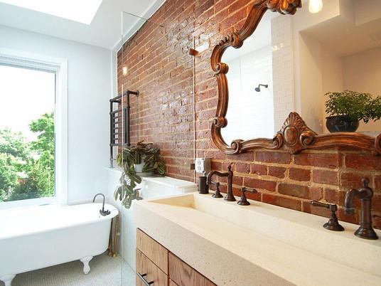 Строгая и очаровательная: ванная комната с кирпичными стенами