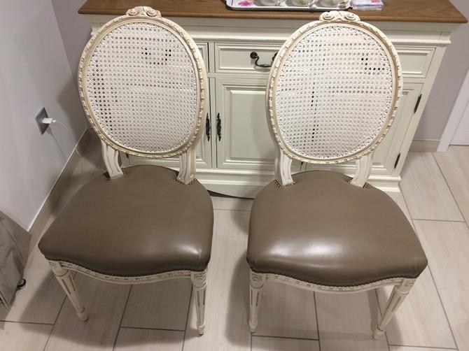 Refection Chaises et Table : Peinture ceruse et remplacement cannage par assise cuir par Tapissier s