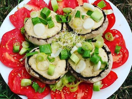 Salade de tomates et champignons farcis au houmous