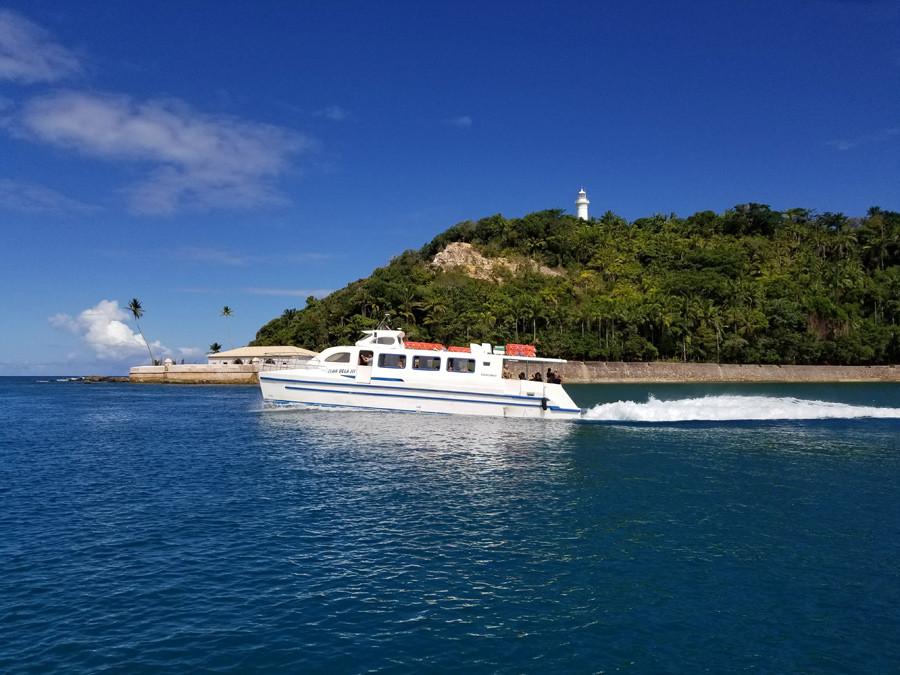 Catamarã saindo de Morro para Salvador