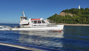 Catamarã Farol do Morro indo atracar na ponte do Morro