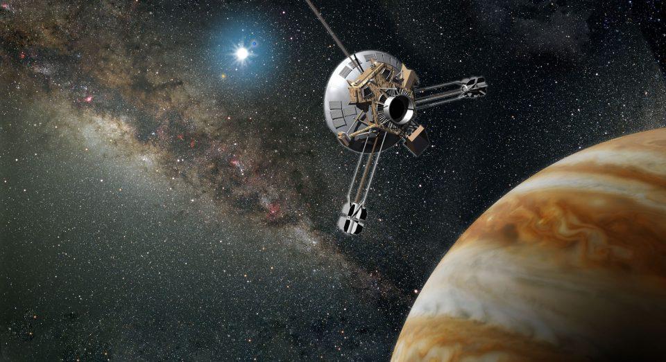 La sonda espacial Pioneer 10 fue la primera en llegar a Júpiter. ¡Y aún sigue viajando por el espacio!