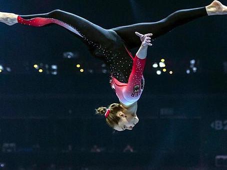La gimnasta alemana Sarah Voss usa un traje de cuerpo entero para combatir la sexualización