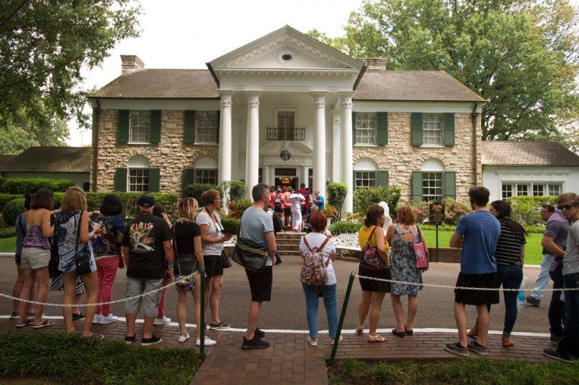 Muchos turistas acuden todos los días a visitar la casa de Elvis en Memphis