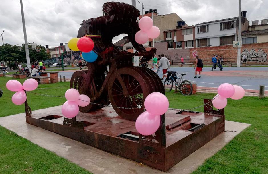 Escultura Homenaje a Egan Bernal en Zipaquirá viste de Rosa por su triunfo en el Giro de Italia