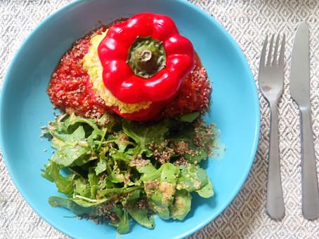 Paprikaschote gefüllt mit Hirse und Linsen mit Tomatensoße