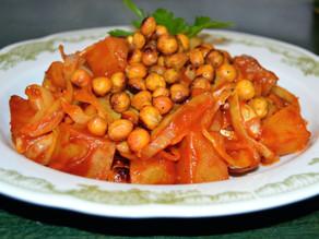 Scharfes Weißkohl-Curry mit gerösteten Kichererbsen
