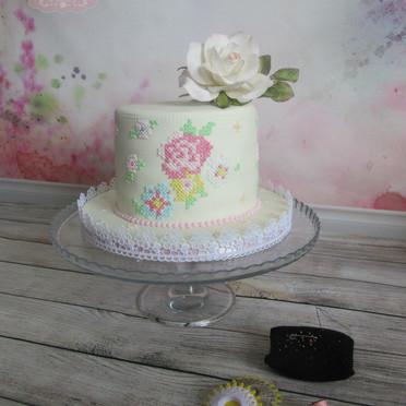 Royal icing ponto cruz e flor de açúcar