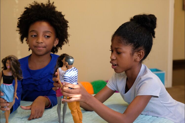 Nya+&+Charli+playing+dolls.jpg