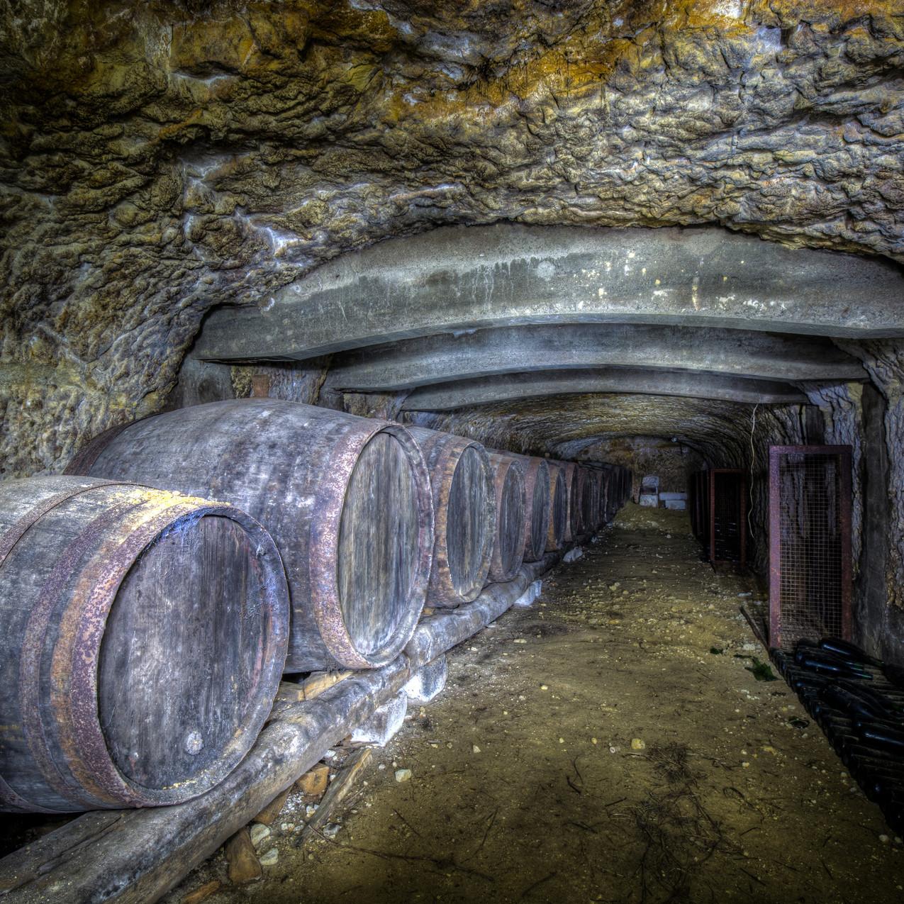 Urbex - La cave de l'ange (Pendant ce temps la, chez les alcooliques anonymes)