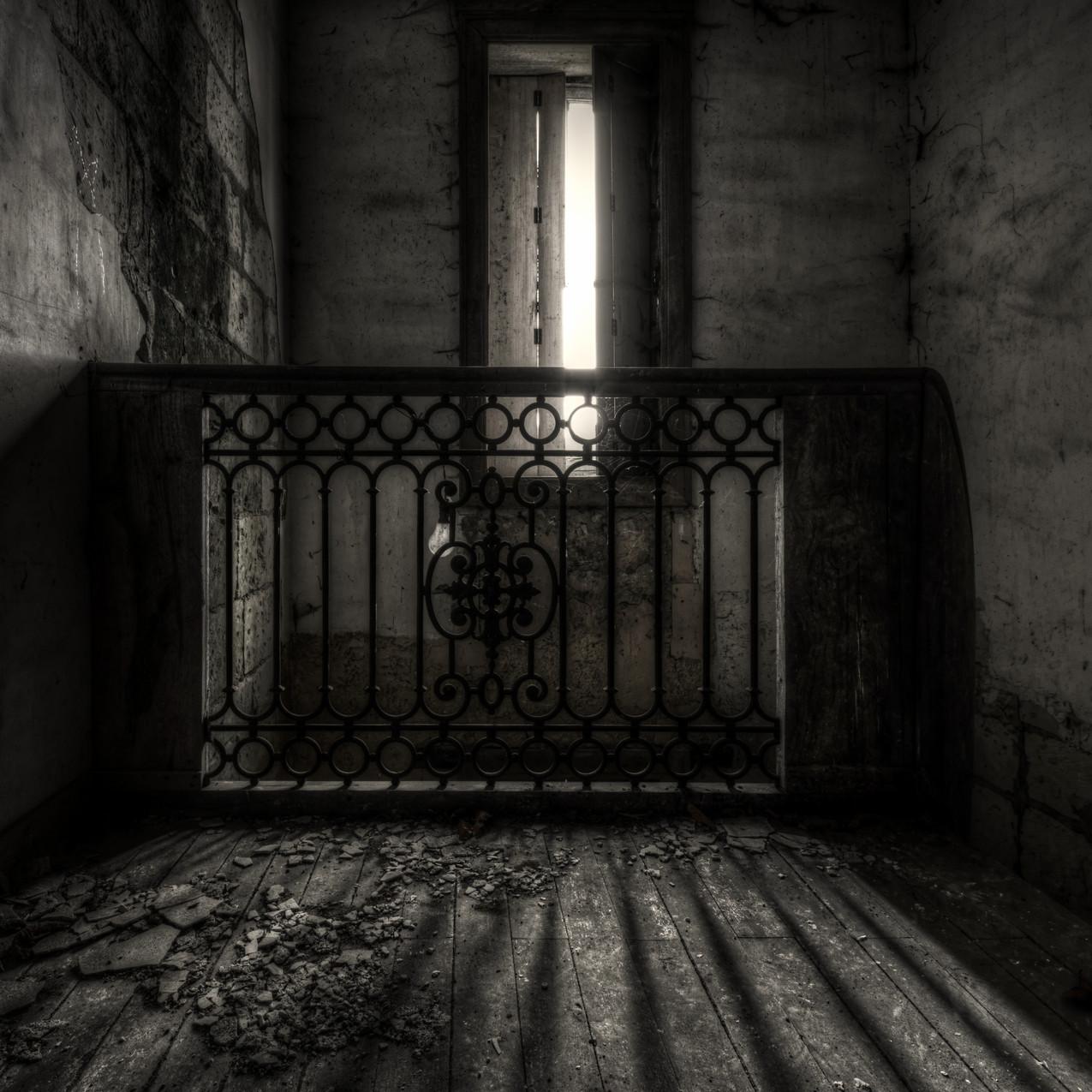 Urbex - Manoir de la vigne (L'escalier et son jeu d'ombre)