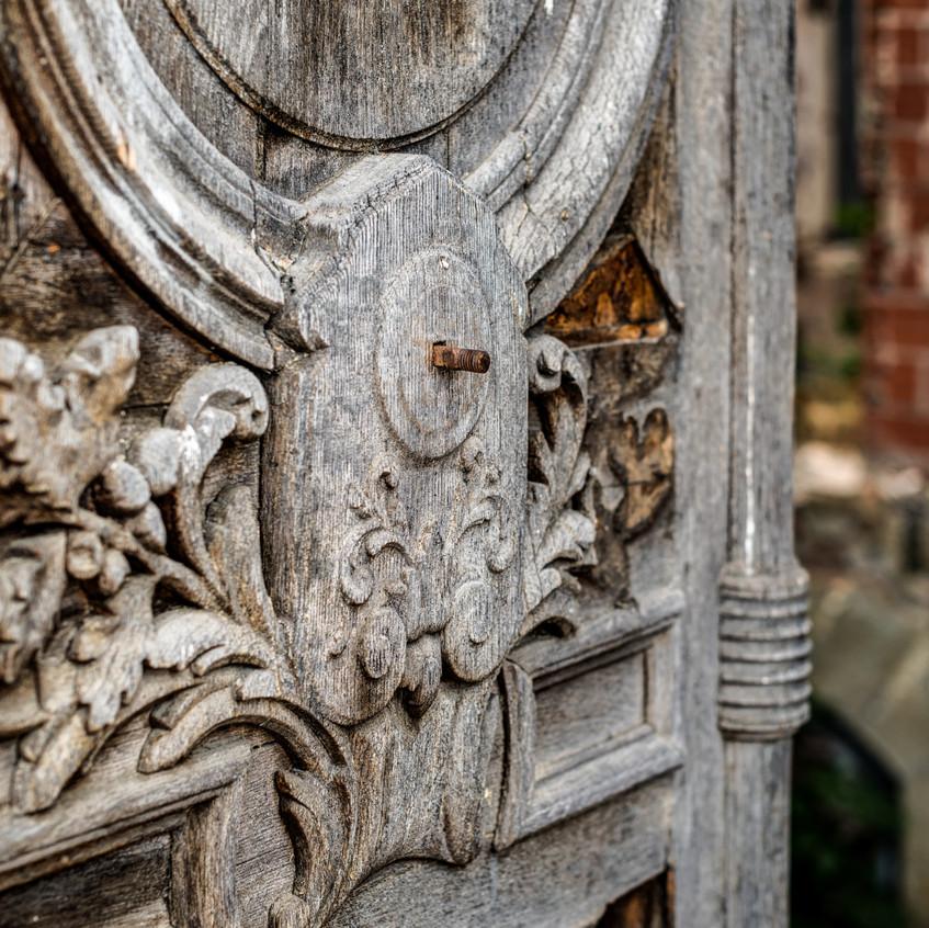 Urbex - Château du cerf (Porte majestueuse en bois)