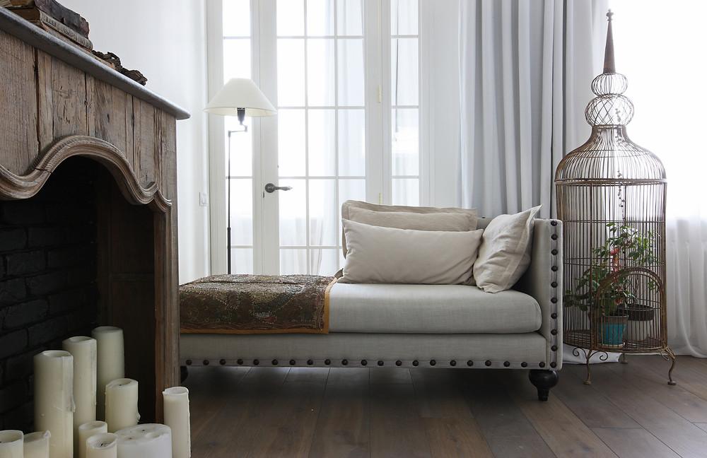 За основу в оформлении взята винтажная деревянная мебель и льняной текстиль, а главным архитектурным акцентом стала стеклянная перегородка в черном обрамлении. Здесь действительно есть на что посмотреть!