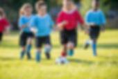 サッカーをして子供たち