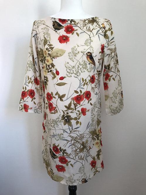 Vestido estampado floral em tons vermelhos