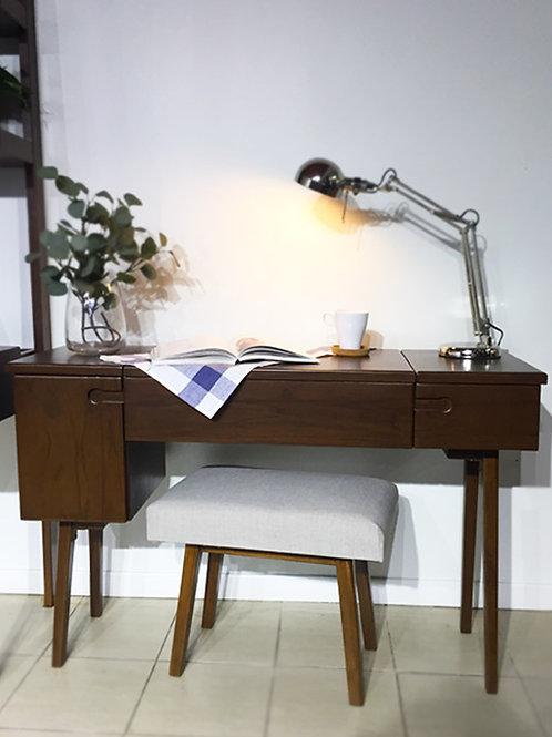 โต๊ะอ่านหนังสือเปิดหน้า