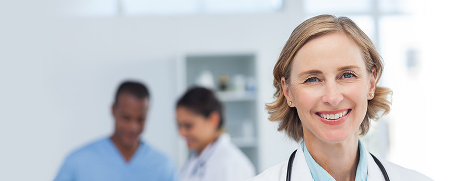 Mujer médico en el color