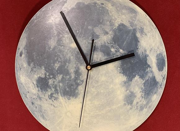 Reloj luna ilumina en la oscuridad