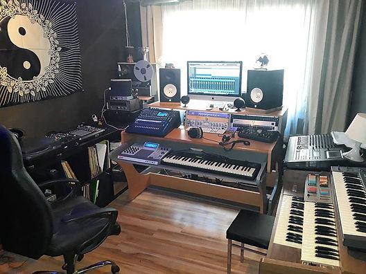 Deine Mutter Studio 01:2020.jpg