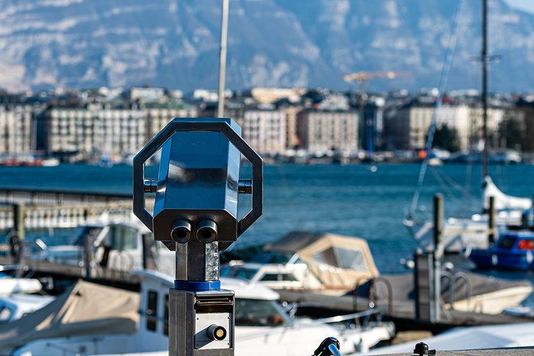 tourist-binoculars-shores-lake-geneva.jp