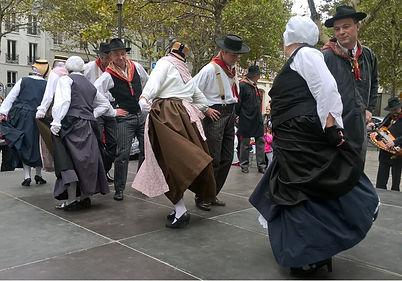 Le Réveil Auvergnat : Danseurs lors de l'animation du Marché Aveyronnais à Paris Bercy