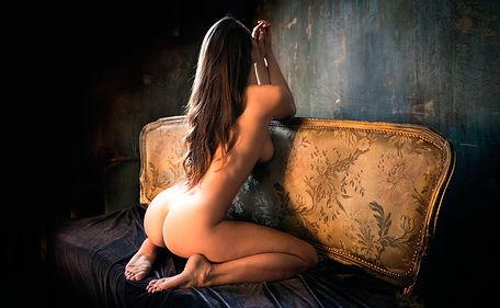 девушка на диване.jpg