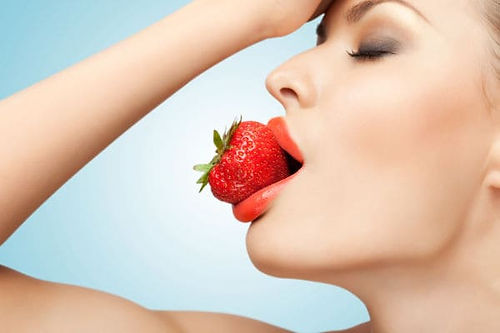 9 девушка ест красная ягода.jpg