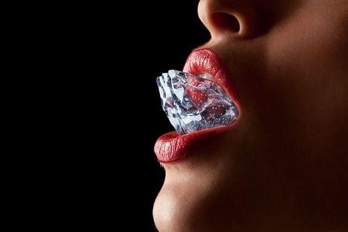 10 девушка губы помада.jpg