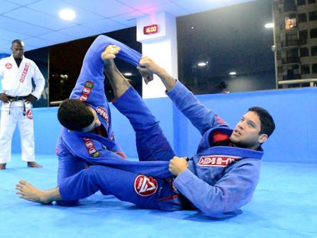 Un livre de jeu Gracie pour les ceintures blanches de Jiu-Jitsu, avec Neiman Gracie