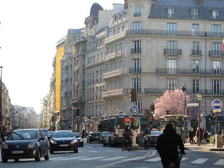 1963 — vendredi 12 mars 2021 — En marchant rue de Châteaudun face au soleil