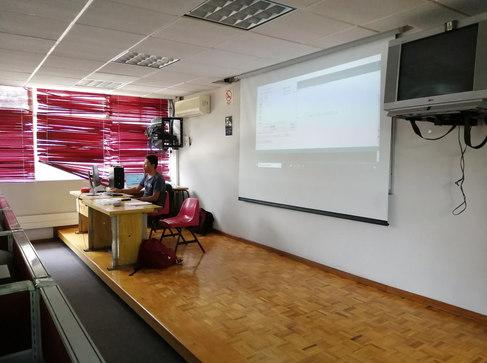 Yael dando clase