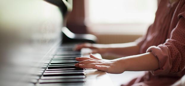 Menina praticando piano