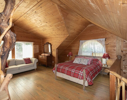 Knoty Pine Loft with Queen Bed and Singl