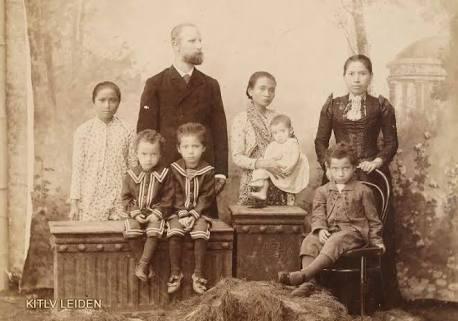 """""""Planter van tabak met zijn familie te Blitar"""" (1901/1902). Foto: KILTV Leiden"""