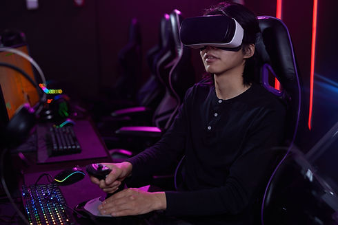 portrait-of-young-asian-man-wearing-vr-h