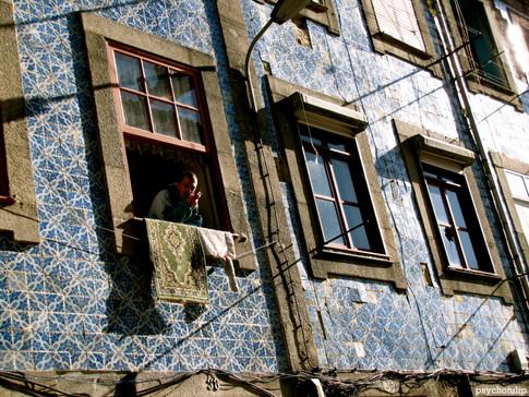 homem na janela.